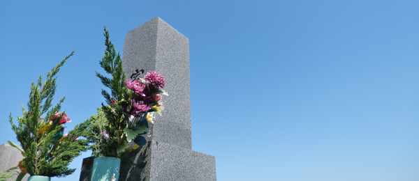 花が添えられているお墓