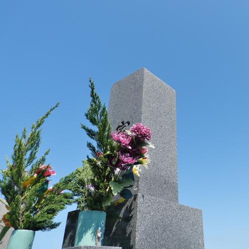 花が添えられたお墓